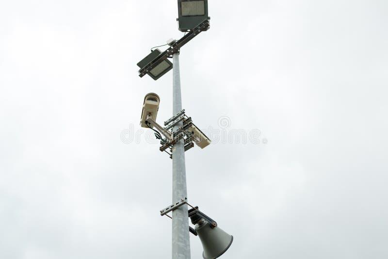 As câmeras e o altifalante do CCTV da segurança montaram no cargo para a fiscalização da rua imagens de stock royalty free