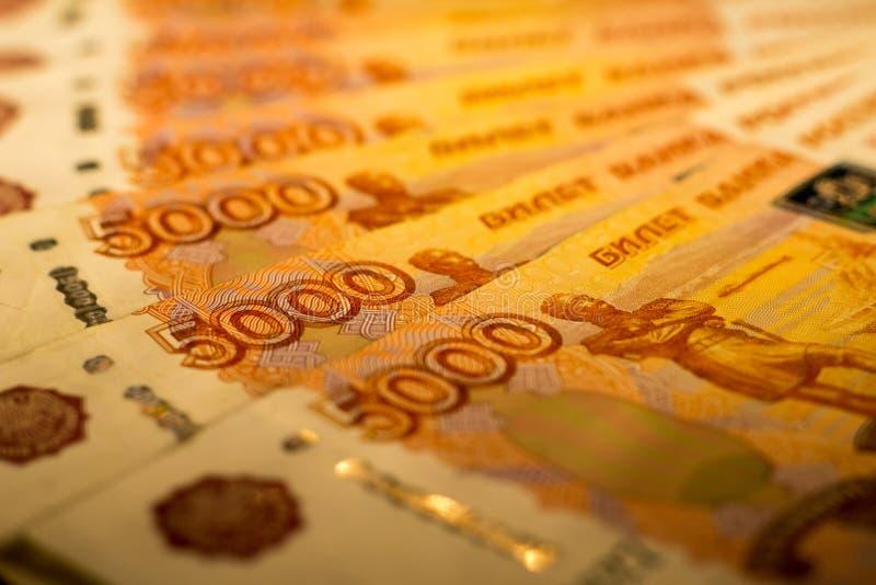 As cédulas do dinheiro do russo com valor o mais grande 5000 rublos fecham-se acima Tiro macro de cédulas alaranjadas fotos de stock royalty free