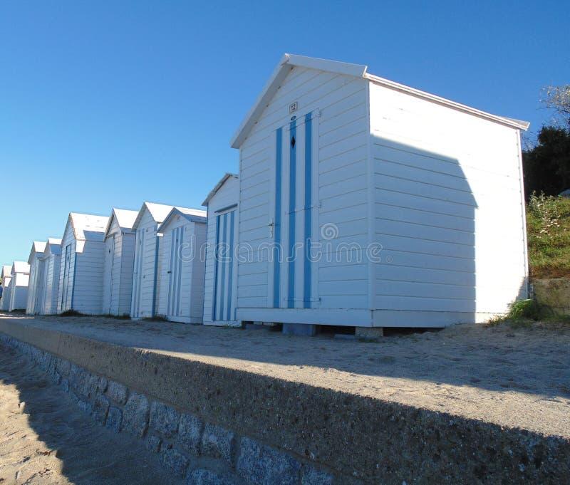 As cabines consideravelmente francesas da praia no verão fotografia de stock royalty free