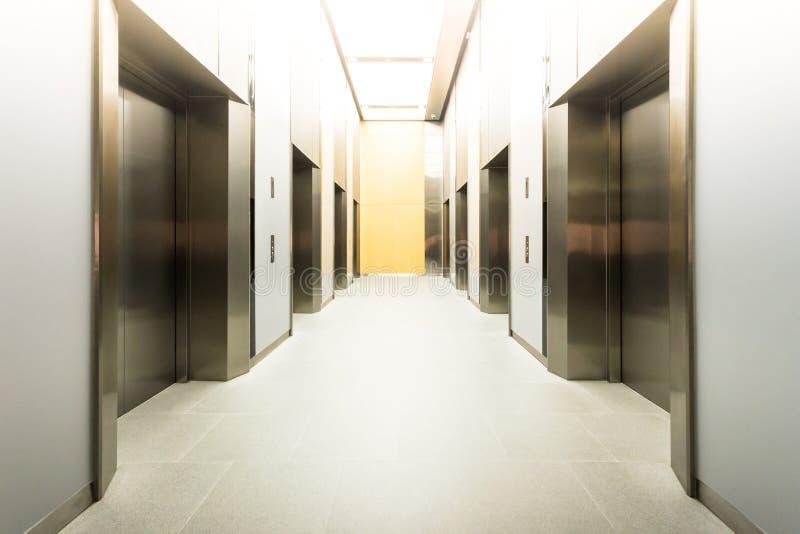 as cabines de aço modernas do elevador em um negócio incitam ou o hotel, armazena imagem de stock