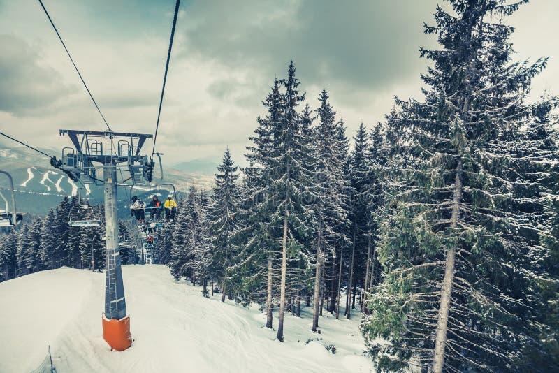 As cabines, elevador de esqui Carpathians nevado Bukovel fotografia de stock