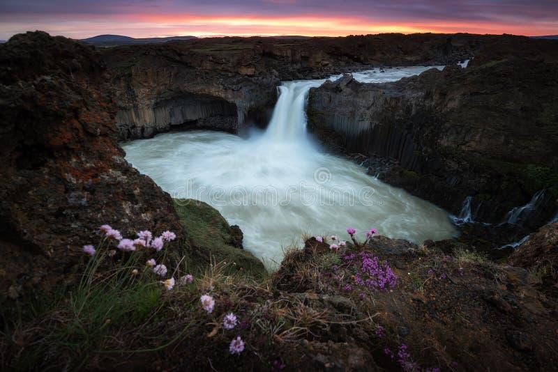 As cachoeiras de Aldeyjarfoss são situadas no norte de Islândia fotografia de stock