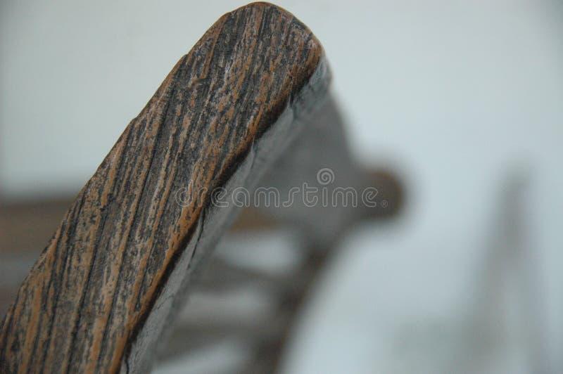 As cadeiras de madeira borram o clássico velho da mobília da cor do marrom do fundo ninguém imagem de stock