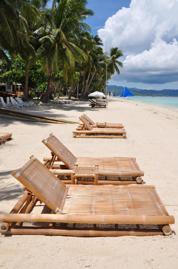 As cadeiras de praia na areia branca encalham em Boracay fotografia de stock