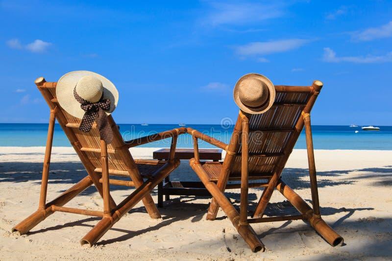 As cadeiras de praia na areia tropical encalham em Boracay, Filipinas fotografia de stock royalty free