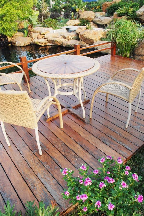 As cadeiras e a tabela no jardim imagens de stock royalty free