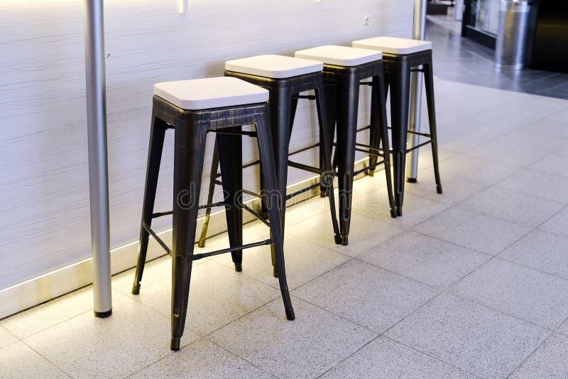 As cadeiras no café Cadeira elevada Clientes de espera foto de stock royalty free