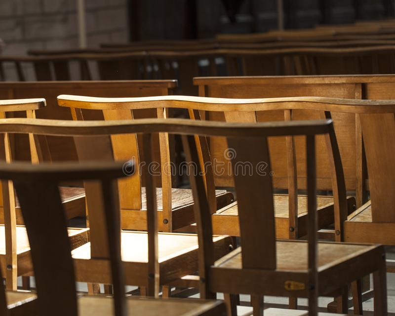 As cadeiras ou os bancos na igreja expressam a solidão e a antecipação fotos de stock