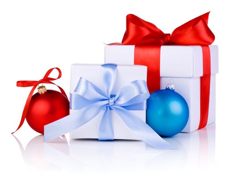 As caixas brancas amarradas com fita curvam-se, vermelho e azul fotos de stock