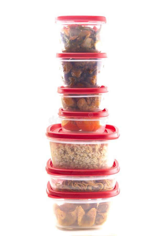 As caixas com tampas vermelhas encheram-se com o alimento restante foto de stock