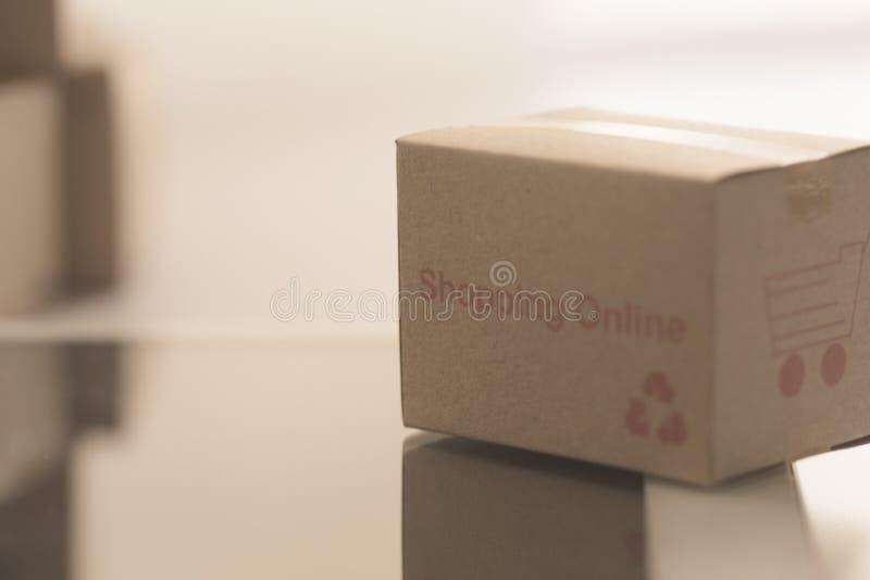 As caixas da pilha no portátil para o cliente podem comprar do Internet eletrônico fotos de stock