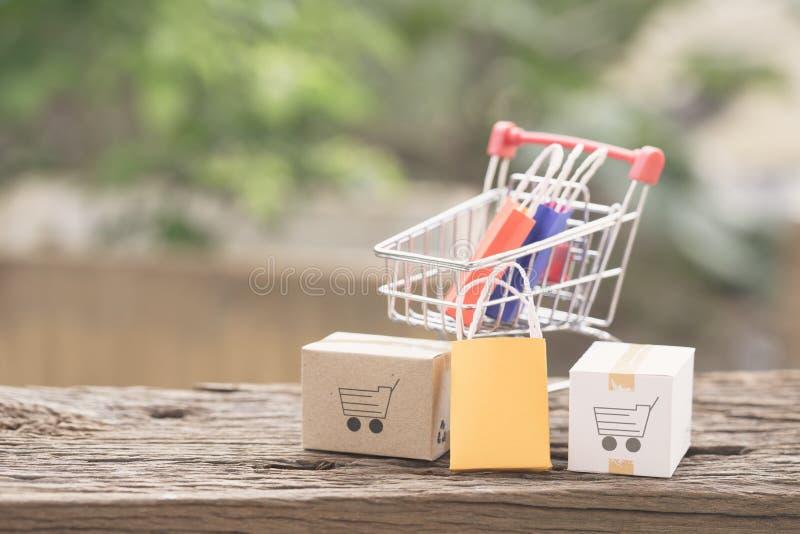As caixas da pilha no portátil para o cliente podem comprar do Internet eletrônico fotografia de stock royalty free