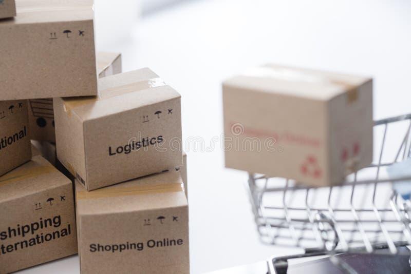 As caixas da pilha no portátil para o cliente podem comprar do Internet eletrônico imagens de stock royalty free