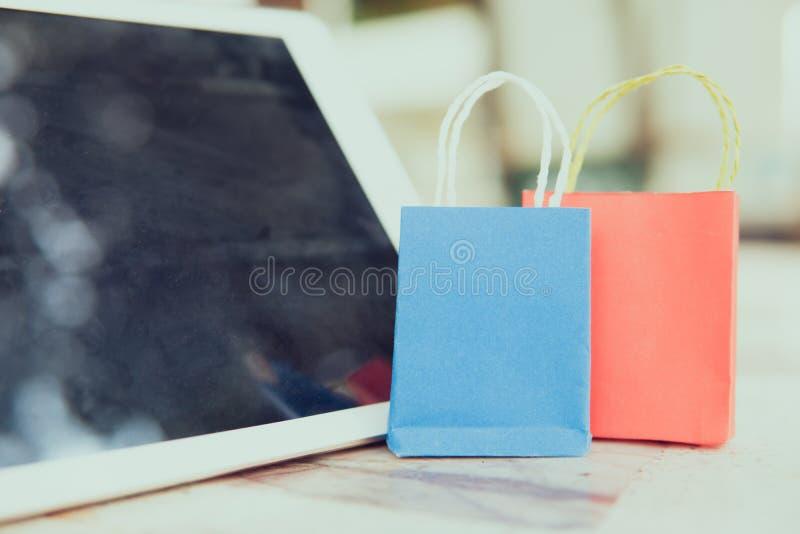 As caixas da pilha no portátil para o cliente podem comprar do Internet eletrônico imagem de stock