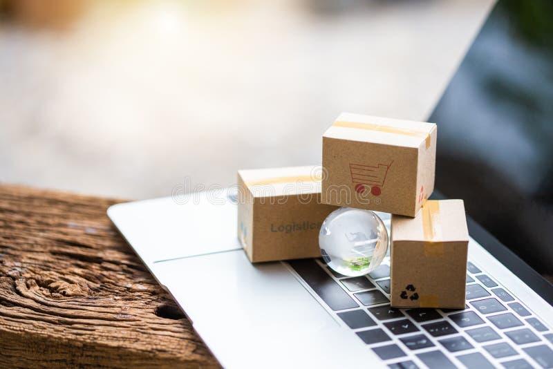 As caixas da pilha no portátil para o cliente podem comprar do Internet eletrônico foto de stock