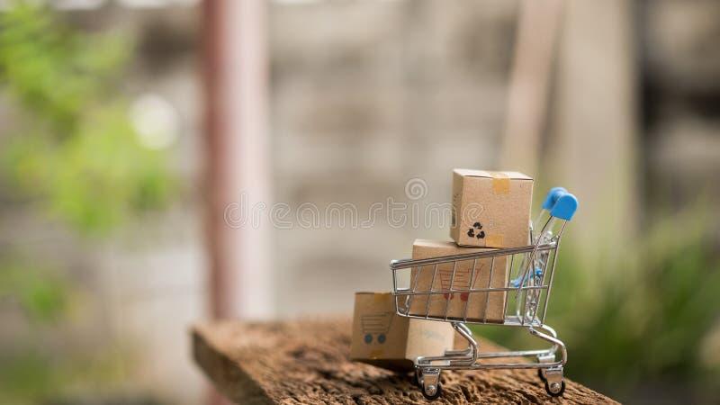 As caixas da pilha no portátil para o cliente podem comprar do Internet eletrônico e o mensageiro entregará imagens de stock