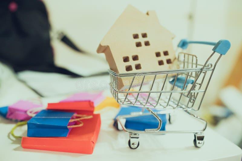 As caixas da pilha no portátil para o cliente podem comprar do Internet eletrônico o saco de compras na tabela para o cliente pod imagens de stock