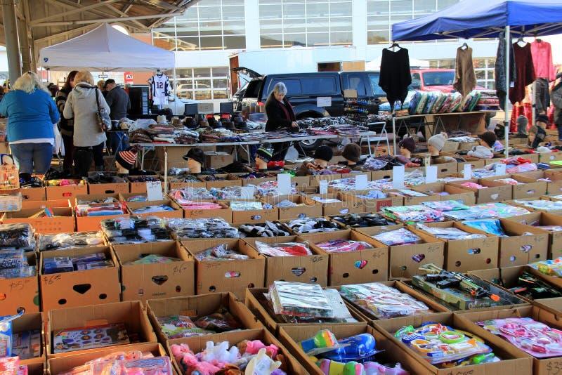 As caixas de cartão numerosas encheram-se com os artigos da venda no mercado dos fazendeiros, Rochester, New York, 2017 imagens de stock