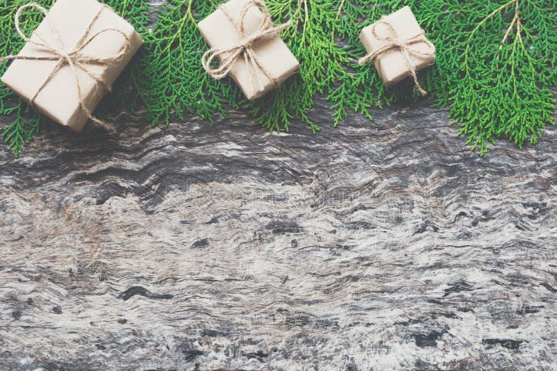 As caixas de presente do Natal envolvidas pela corda amarrada do ofício papel marrom curvam-se foto de stock