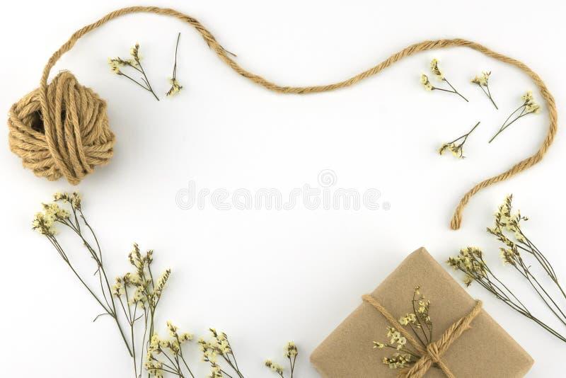 As caixas de presente e a corda de Brown com o caspia amarelo do limonium florescem fotografia de stock