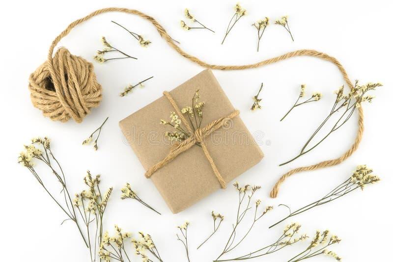 As caixas de presente e a corda de Brown com o caspia amarelo do limonium florescem fotografia de stock royalty free