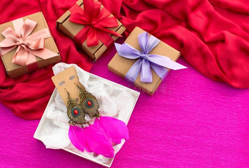 As caixas de presente de empacotamento festivas decoradas com fita do cetim curvam-se fotografia de stock