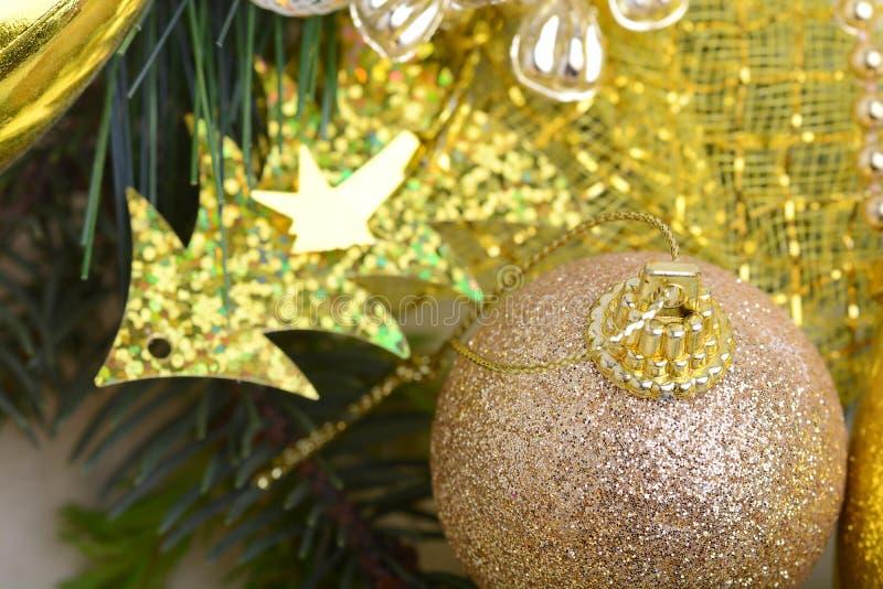 As caixas de presente luxuosas sob a árvore de Natal, decorações da casa do ano novo, envolvimento dourado de Santa apresentam, á imagem de stock