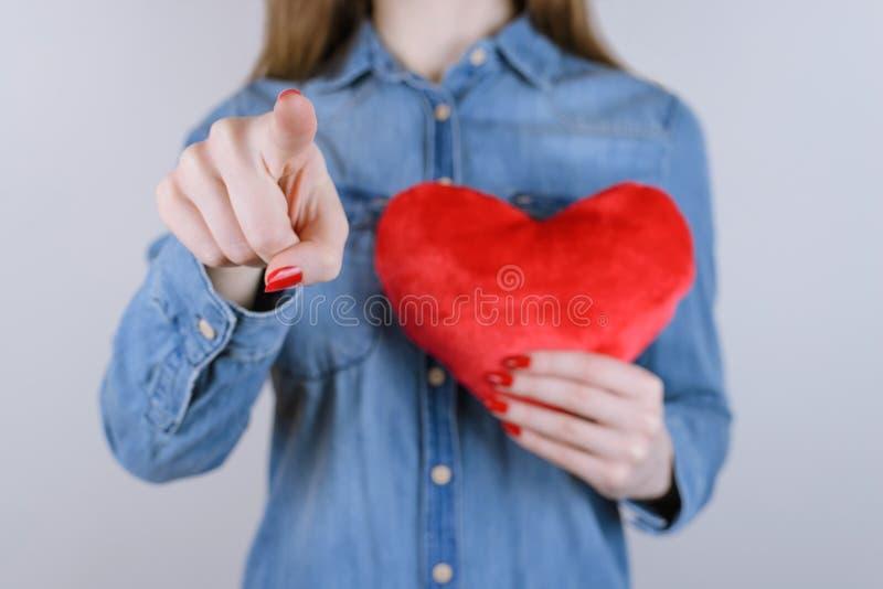 As calças de brim novas da pessoa dos povos do gesto do relevo da paixão ajudam a vida Ca da esperança fotos de stock
