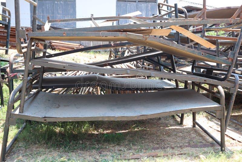 As camas velhas do ferro dividem empilhado junto em grandes n?meros fora fotografia de stock royalty free