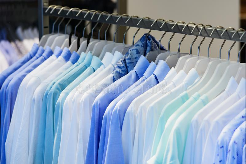 As camisas das mulheres e dos homens no roupa submetem fotos de stock