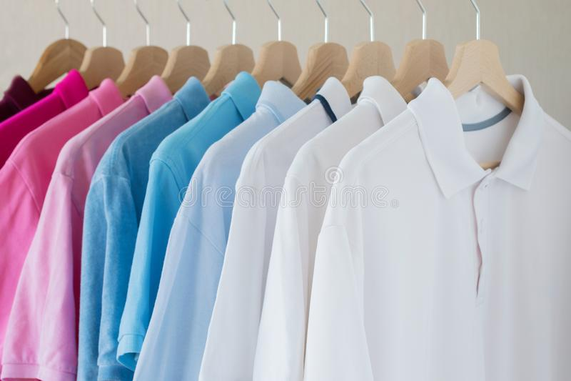 As camisas do homem que penduram na cremalheira na fileira fotografia de stock royalty free