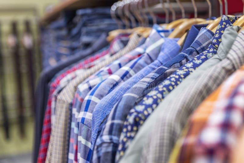 As camisas dos homens em um gancho na alameda Close-up imagem de stock