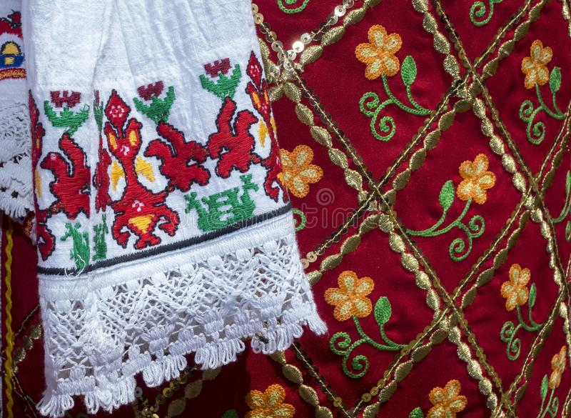 As camisas feitos a mão das senhoras bonitas de Bulgária fotos de stock