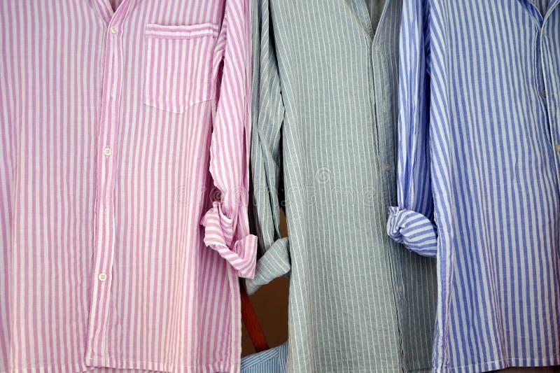As camisas listradas dos homens foto de stock