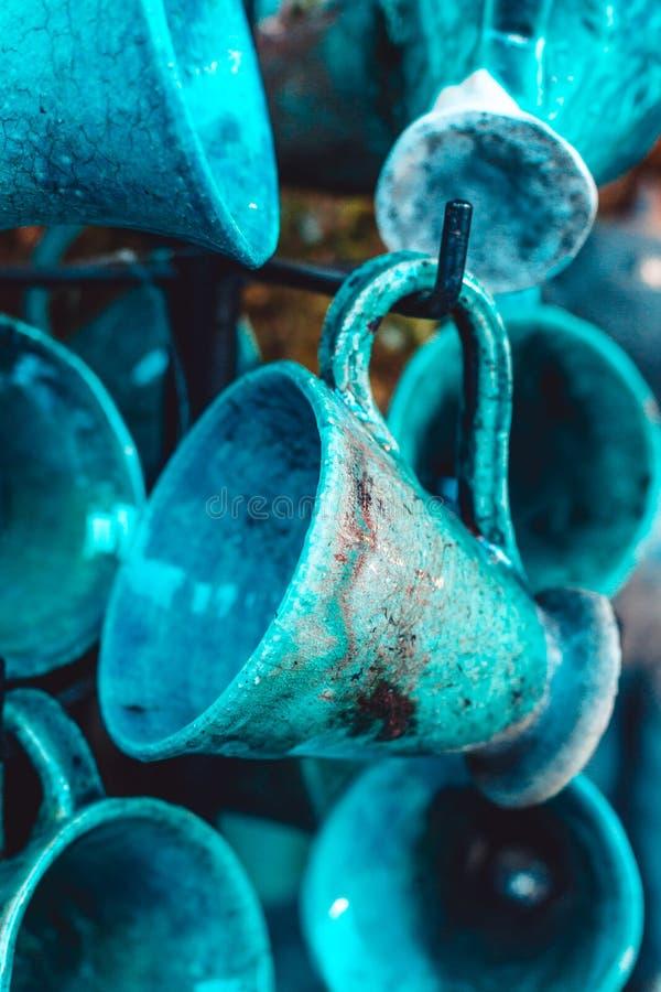 As canecas cerâmicas azuis penduram na loja Projeto antigo à moda Cor bonita dos azuis celestes imagens de stock royalty free