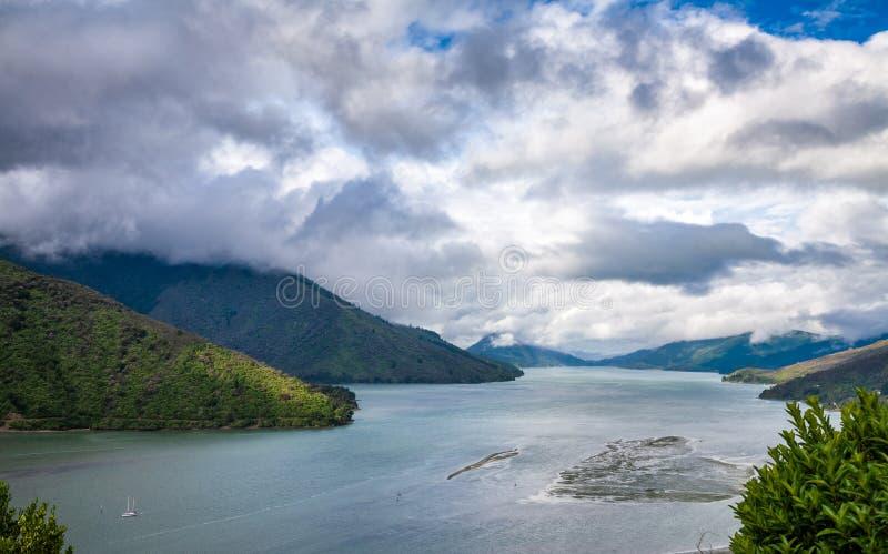 As capas latem som Marlborough de Mahau da vista soam a ilha sul de Nova Zel?ndia foto de stock