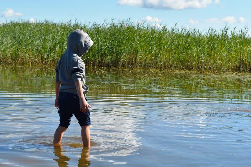 As capturas da criança pescam pelas mãos Inf?ncia alegre imagem de stock