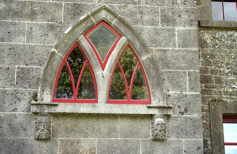 As caras de pedra apoiam esta janela arqueada fotos de stock royalty free