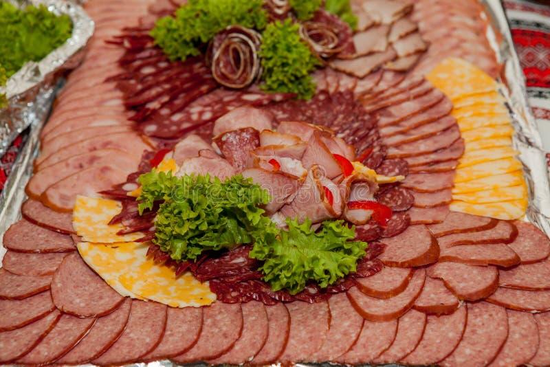 As carnes frias sortidos em uma placa, carne cortaram em uma bandeja imagem de stock