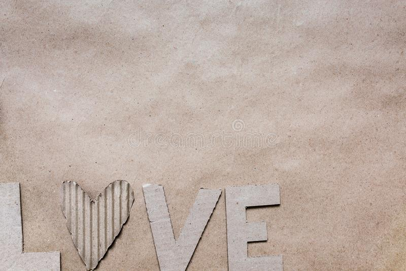 As cartas de amor cortaram do cartão na textura do fundo do papel do ofício do eco Molde horizontal do cartão do dia de Valentim  imagens de stock royalty free