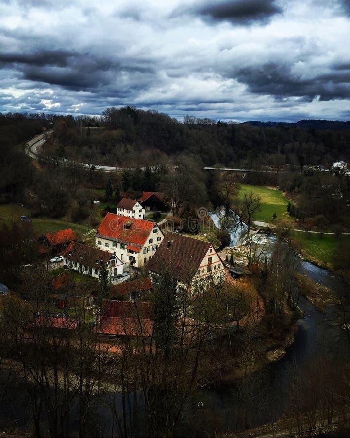 As casas aproximam o rio imagem de stock royalty free