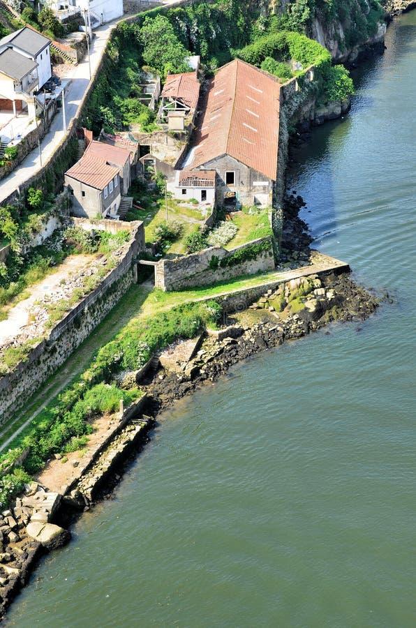 As casas arruinadas aproximam o rio fotografia de stock royalty free