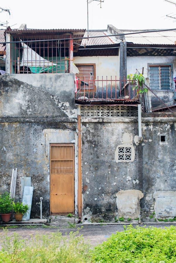 As casas arruinadas das fachadas cimentam baixos segmentos de Malásia fotos de stock