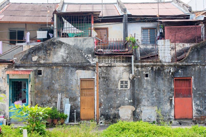As casas arruinadas das fachadas cimentam baixos segmentos de Malásia fotografia de stock royalty free