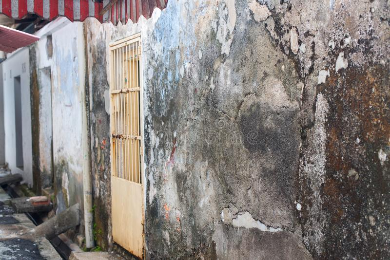 As casas arruinadas das fachadas cimentam baixos segmentos de Malásia imagem de stock