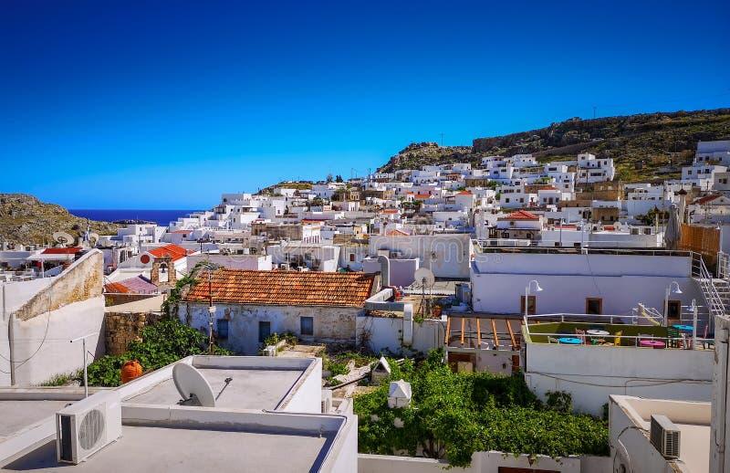 : as casas brancas na vila histórica e na acrópole na parte superior da montanha Vista do terra?o imagens de stock