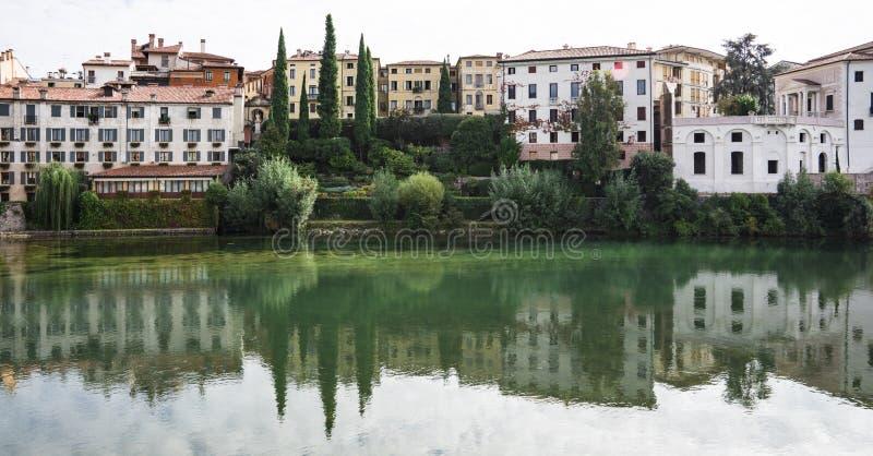 As casas coloridas refletiram no rio Brenta em Bassano del Grappa, Itália fotografia de stock royalty free
