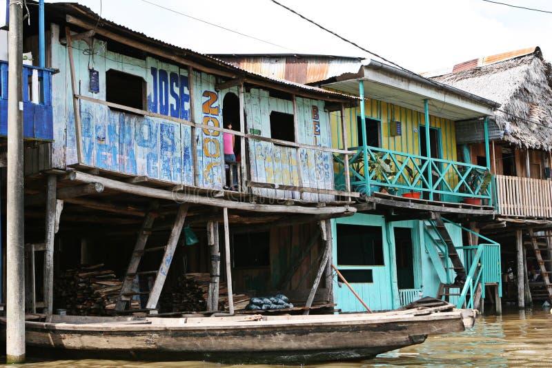 As casas em pernas de pau aumentam acima da água contaminada em Belen, Iquitos foto de stock royalty free