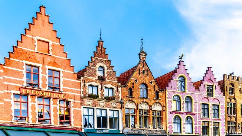 As casas medievais coloridas com os frontões da etapa que alinham o mercado central de Markt no coração de Bruges, Bélgica fotografia de stock royalty free