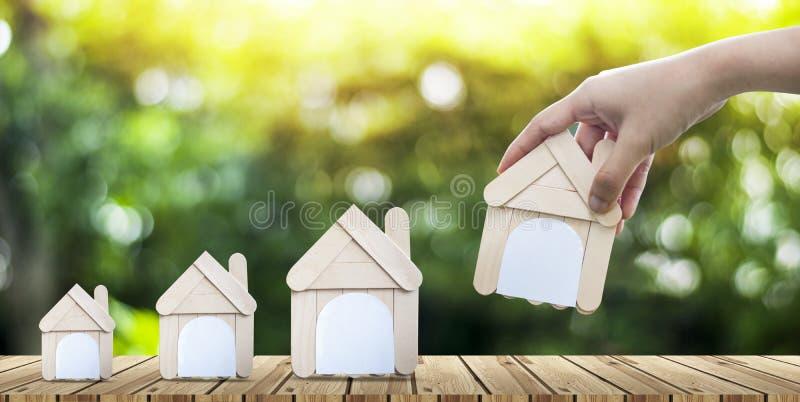 As casas modelo continuam junto o conceito dos bens imobiliários fotos de stock